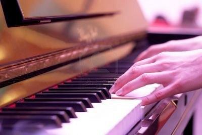369991 mani suonare il pianoforte