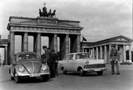 24. porta di brandeburgo passaggio berlino 13.08.1961 bpk h. fiebig