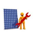 10440420 orage cartone animato con chiave rosso e pannello fotovoltaico su sfondo bianco