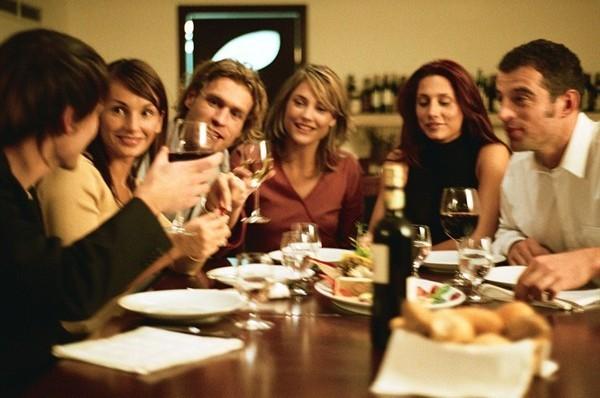 Amici con vino 600x398