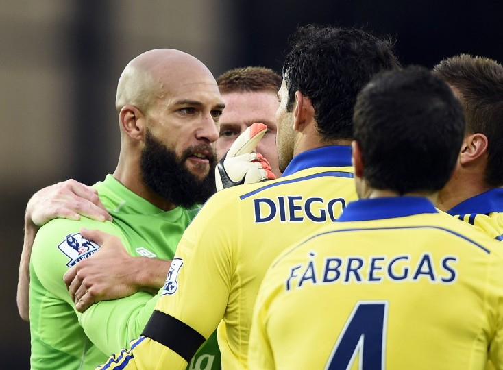 Everton's goalkeeper Tim Howard (L) argues with Chelsea's Diego Costa (C) after Chelsea scored a goal during their English Premier League soccer match at Goodison Park in Liverpool, northern England. (Dylan Martinez /Reuters)