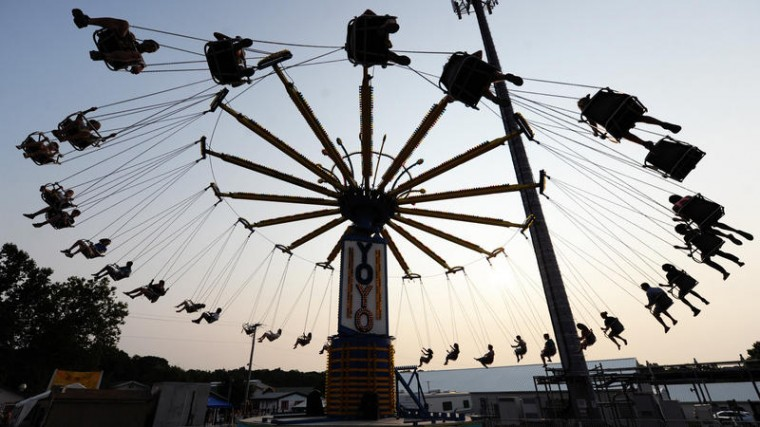 The sun sets behind the Yo-Yo ride. (Jon Sham/BSMG)