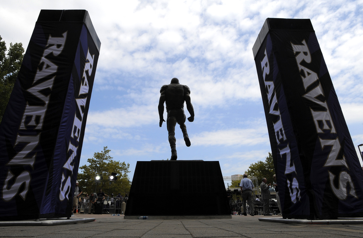 Ray Lewis statue unveiled at M&T Bank Stadium