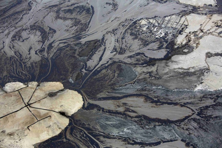 Oil goes into a tailings pond at the Suncor tar sands operations near Fort McMurray, Alberta. In 1967 Suncor helped pioneer the commercial development of Canada's oil sands, one of the largest petroleum resource basins in the world. Picture taken September 17, 2014. (REUTERS/Todd Korol)