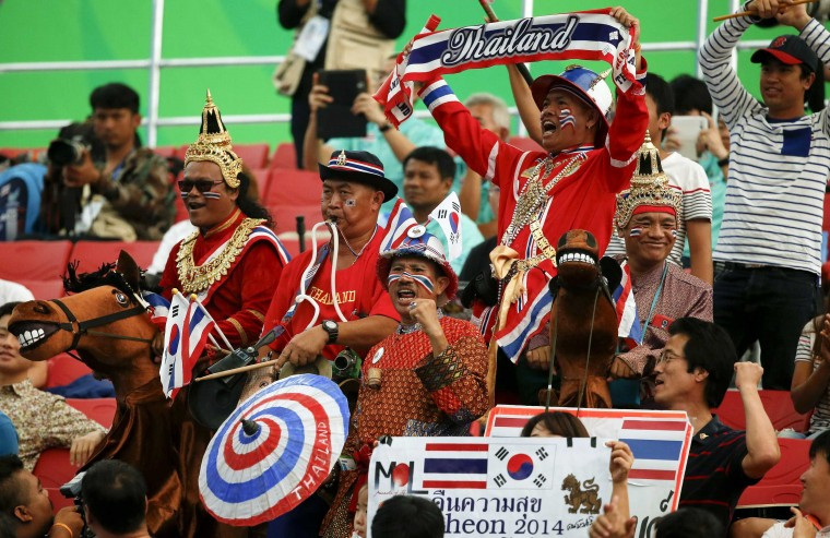 Fans of Thailand's Panida Khamsri react during the women's 48kg snatch weightlifting competition at the Moonlight Festival Garden during the 17th Asian Games in Incheon September 20, 2014. (Jason Reed/reuters)