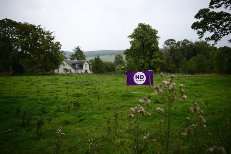 "A '""No"" campaign poster is seen in a field on the outskirts of Edinburgh, Scotland on September 11, 2014. (REUTERS/Dylan Martinez)"