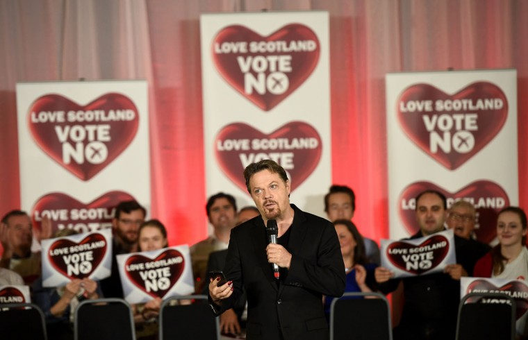 Comedian Eddie Izzard addresses a 'No' campaign rally in Glasgow, Scotland on September 17, 2014. (REUTERS/Dylan Martinez)