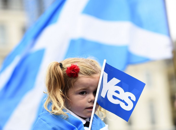 A young girl holds a flag at a 'Yes' campaign rally in Glasgow, Scotland on September 17, 2014. (REUTERS/Dylan Martinez)