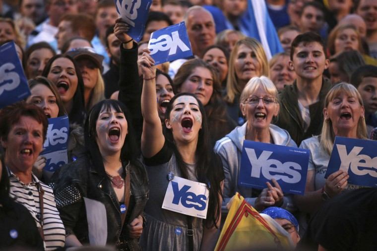 'Yes' campaigners gather for a rally in George Square, Glasgow, Scotland on September 17, 2014. (REUTERS/Paul Hackett)