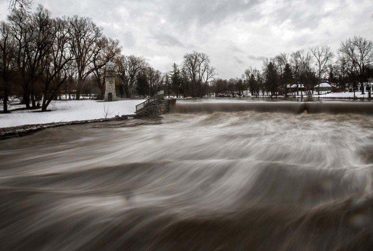 Cayuga Creek water rushes past a neighbourhood following a massive snow storm in Lancaster, New York November 24, 2014. Emergency workers filled thousands of sandbags on Sunday as the area around Buffalo, New York braced for potential flooding as warming temperatures began to melt up to seven feet (2 metres) of snow. (Mark Blinch/Reuters)