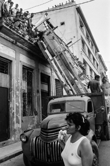 A makeshift boat is lowered from a roof where it was constructed by would-be emigrants, as they take it by truck to launch into the Straits of Florida towards the U.S., on the last day of the 1994 Cuban Exodus in Havana on September 13, 1994. (REUTERS/Rolando Pujol Rodriguez )