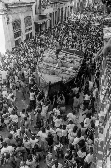 Hundreds of Cubans watch as a makeshift boat is carried by would-be emigrants through the city to launch into the Straits of Florida towards the U.S., on the last day of the 1994 Cuban Exodus in Havana on September 13, 1994. (REUTERS/Rolando Pujol Rodriguez)