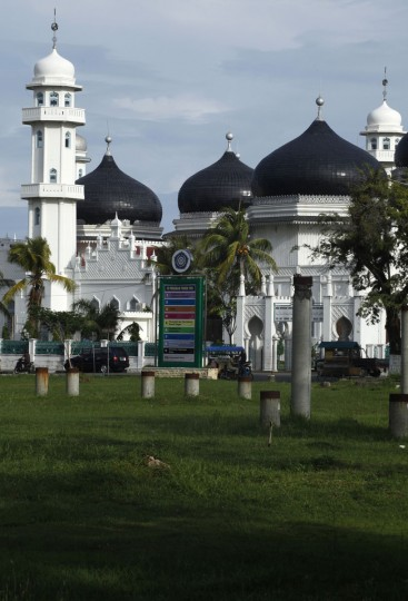 A view of the Baiturrahman mosque in Banda Aceh, December 5, 2009, an area affected by the 2004 Indian Ocean Tsunami. (REUTERS/Beawiharta)
