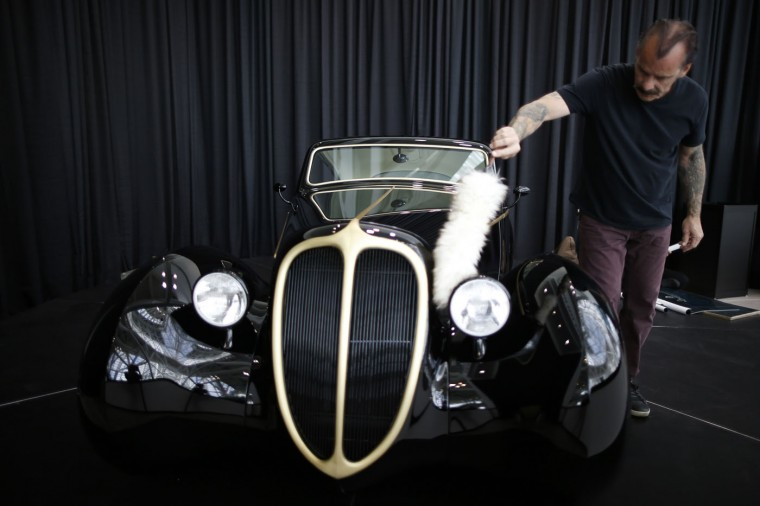 Rick Dore cleans a car he hand built based on a 1948 Jaguar frame during preparations for the 2014 LA Auto Show in Los Angeles, California November 18, 2014. (Lucy Nicholson/Reuters)