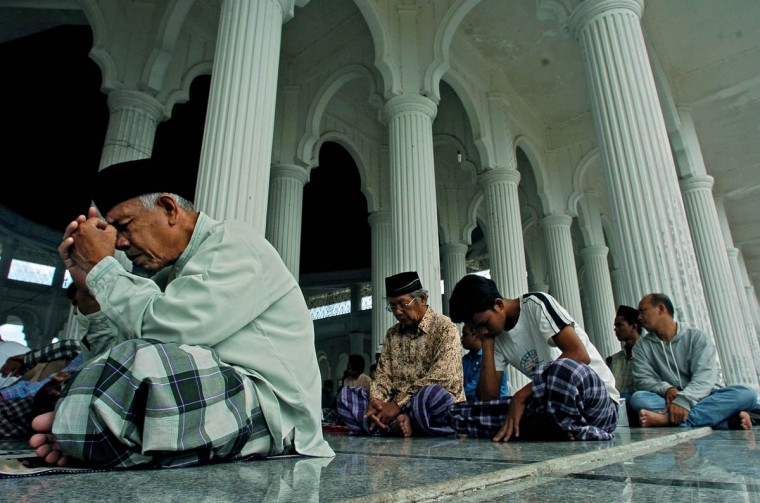 Muslims attend Friday prayer as the talk discusses the tragedy of the tsunami that killed thousands and displaced many others Friday, Jan. 14, 2004. (Karl Merton Ferron, Baltimore Sun)
