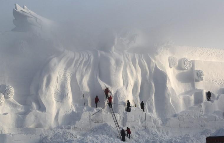Craftsmen polish a snow sculpture at a park in Changchun, Jilin province December 25, 2014. Picture taken December 25, 2014. REUTERS/Stringer