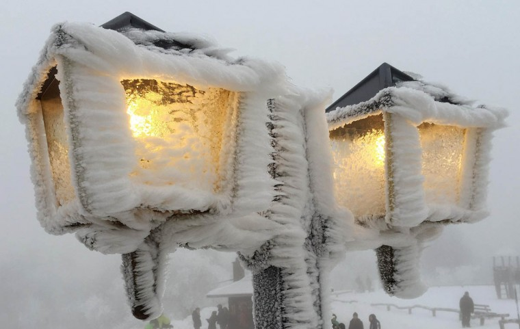 Streetlamps are covered in snow and ice outside a restaurant on the peak of the Feldberg mountain, 20km (12.4 miles) outside of Frankfurt, December 31, 2014. (Kai Pfaffenbach/Reuters photo)