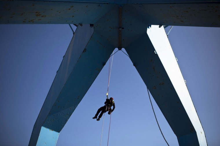 An Israeli fire fighter rappels down a rope during a rescue drill at Ashdod port December 29, 2014. (Amir Cohen/Reuters)
