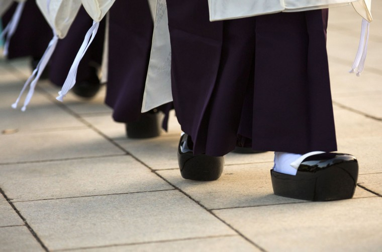 Shinto priests wear asagutsu wooden shoes as they arrive for a ritual during ceremonies bidding farewell to 2014, ahead of New Year's Day, at the Meiji Shrine in Tokyo December 31, 2014. REUTERS/Thomas Peter