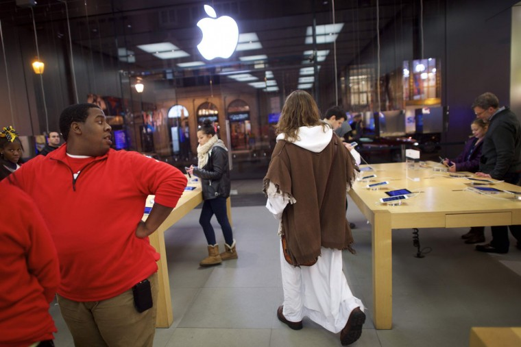 "After checking his social media accounts, Michael Grant, 28, ""Philly Jesus,"" departs an Apple Store in Philadelphia, Pennsylvania December 14, 2014. (Mark Makela/Reuters)"