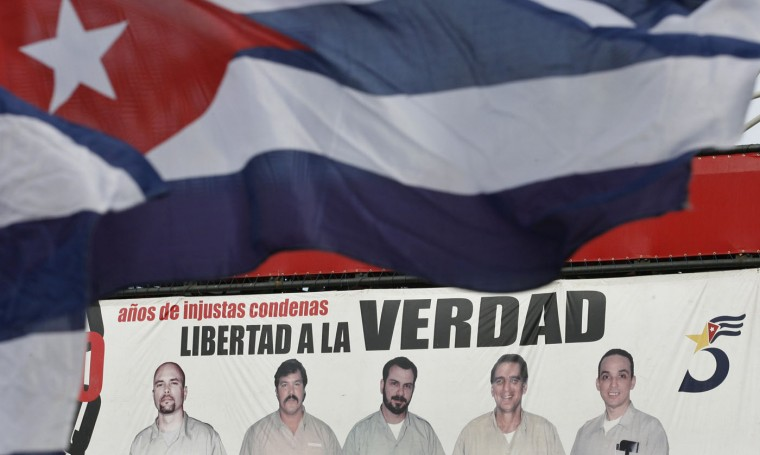 A mural showing the five Cuban agents arrested by the United States in 2001 is seen in front of the U.S. diplomatic mission in Havana in a June 18, 2009 file photo. Cuba has released American aid worker Alan Gross after five years in prison in a reported prisoner exchange with Havana that the United States said on Wednesday heralds an overhaul of U.S. policy toward Cuba. A U.S. official said Gross was released on humanitarian grounds. CNN reported a prisoner exchange that also included Cuba releasing a U.S. intelligence source and the United States releasing three Cuban intelligence agents. REUTERS/Enrique De La Osa