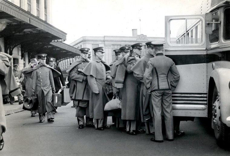 The Army team boards a bus at Penn Station in Baltimore on Dec. 4, 1944. (Baltimore Sun file photo)