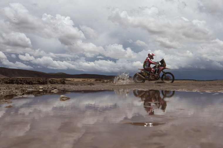 Honda rider Paulo Goncalves, from Portugal, races to win the seventh stage of the Dakar Rally 2015 between Iquique, Chile, and Uyuni, Bolivia, Sunday, Jan. 11, 2015. The race will finish on Jan. 17, passing through Bolivia and Chile before returning to Argentina where it started. (AP Photo/Felipe Dana)