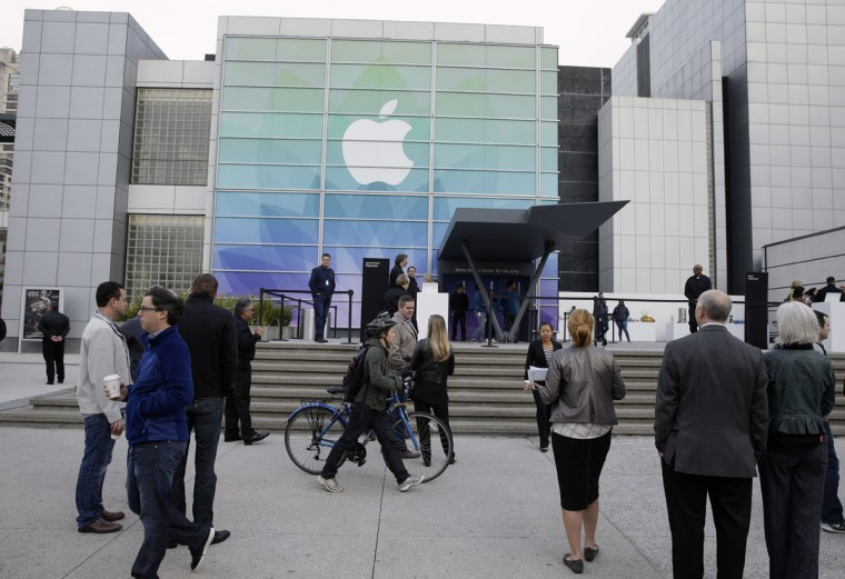 Members of the media and invited guests wait outside of the Yerba Buena Center for the Arts for the start of an Apple Event in San Francisco, Monday, March 9, 2015. CEO Tim Cook is expected to unveil the company's newest device, the Apple Watch, and make the case for why it's a must-have gadget. (AP Photo/Eric Risberg)