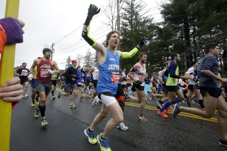 Runners, including Jeffrey Martin, center, of Edmonds, Wash., start the Boston Marathon, Monday, April 20, 2015, in Hopkinton, Mass. (AP Photo/Stephan Savoia)