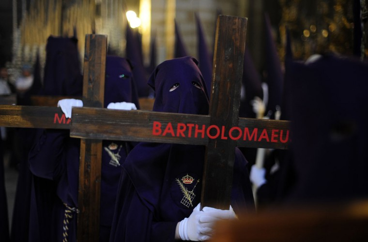 "Hooded penitents from ""El Calvario"" brotherhood take part during a Holy Week procession in Cordoba, Spain, Wednesday, April 1, 2015. Hundreds of processions take place throughout Spain during the Easter Holy Week. (AP Photo/Manu Fernandez)"