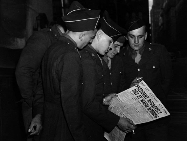 Servicemen from Ft. Meade read dispatches about President Franklin D. Roosevelt's death in Sun Square on April 13, 1945. (File photo)