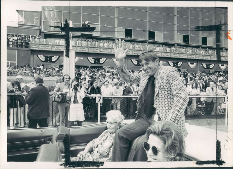 Johnny Unitas waves to 1973 Preakness crowd as he's driven down main track in tribute to him yesterday. (William H. Mortimer/Baltimore Sun)