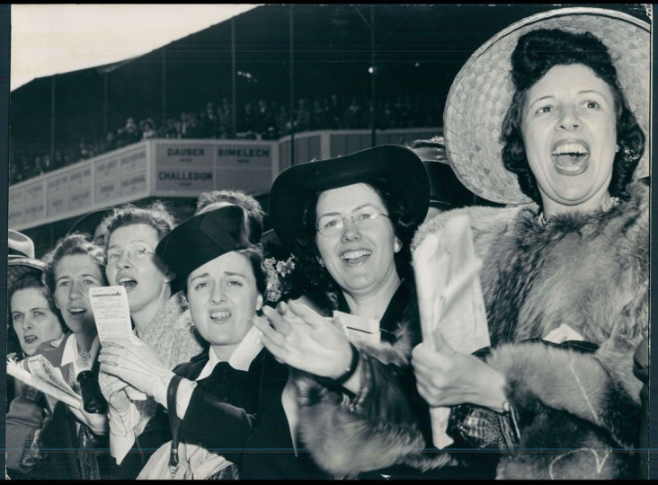 The crowd cheers during the 1941 Preakness. (Baltimore Sun)