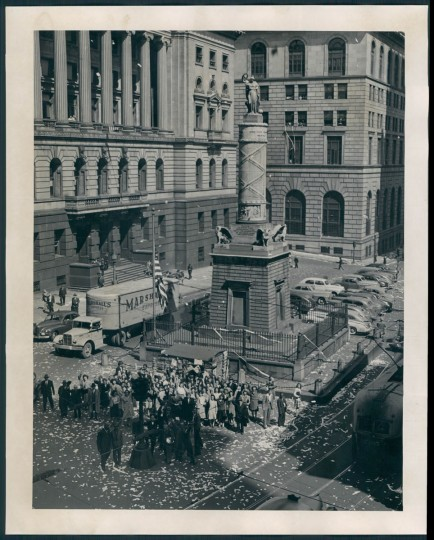 A crowd celebrates V-E Day at the Battle Monument. (Baltimore Sun archives)