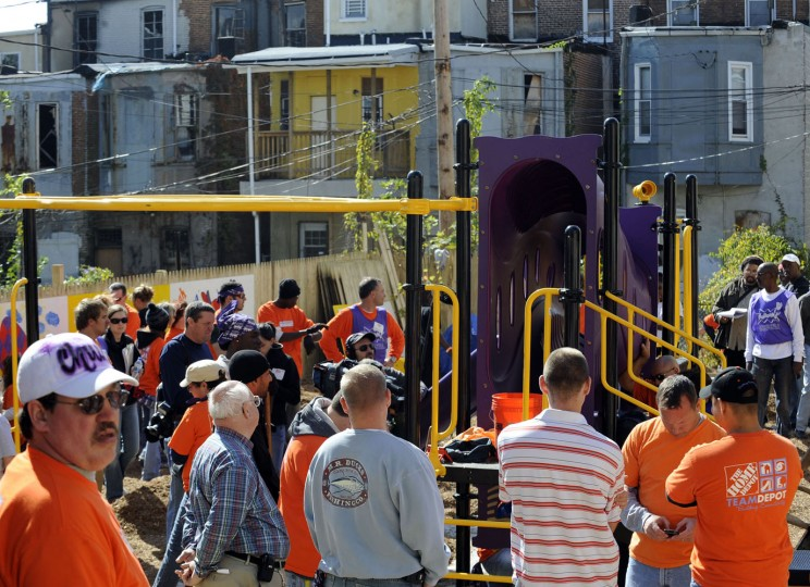 10/21/08: Then-Baltimore Ravens cornerback Samari Rolle and 160 Home Depot volunteers built a playground in the Druid Heights Community. (Monica Lopossay/Sun Photographer)