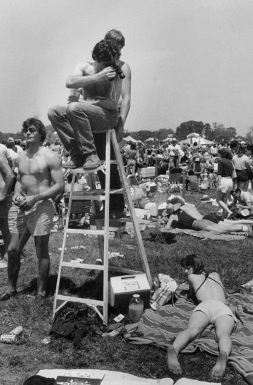 Mike Murphy enjoys the infield scenery from atop a ladder, not missing much with his field glasses before running of the 1982 Preakness. (Baltimore Sun file photo)