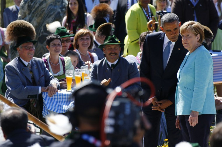 US President Barack Obama (2ndL) stands next to Germany's Chancellor Angela Merkel (R) at a breakfast meeting with local citizens in Kruen near Garmisch-Partenkirchen on June 7, 2015 before the start of a G7 summit. Germany hosts a G7 summit at the Elmau Castle on June 7 and June 8, 2015. (AFP Photo/Pool / )