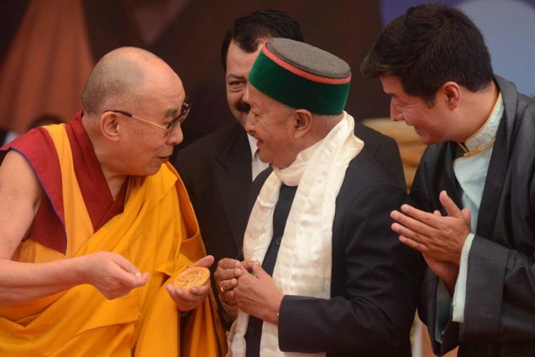 Tibetan Spiritual leader the Dalai Lama (L) speaks with The Chief Minister of the northern Indian state of Himachal Pradesh Virbhadra Singh (C) and leader of the Tibetan government-in-exile, Lobsang Sangay (R) during an event to celebrate his 80th birthday at Tsuglakhang Temple in McLeod Ganj on June 22, 2015. The Dalai Lama marked his official 80th birthday on June 21, with prayers and celebrations at his hometown in exile but little to show for decades of lobbying for greater Tibetan autonomy. (AFP Photo/Narinder Nanu)