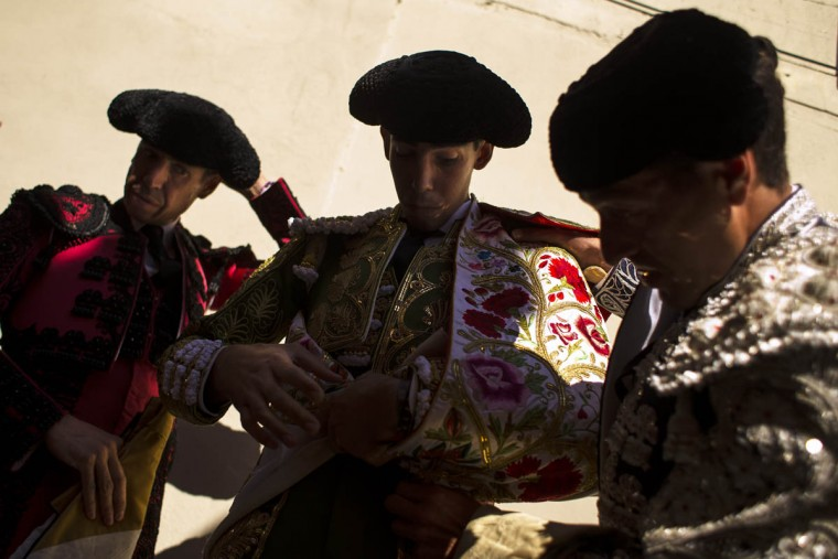 Jimenez Fortes, center, prepares to perform with a bull during a bullfight at the San Fermin festival in Pamplona, Spain, Wednesday, July 8, 2015. (Andres Kudacki/AP photo)