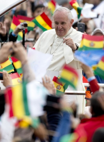 Pope Francis waves from his popemobile as he arrives to celebrate Mass at Christ the Redeemer square in Santa Cruz, Bolivia, Thursday, July 9, 2015. Francis arrived in the Andean nation late Wednesday after three days in Ecuador. (AP Photo/Eduardo Verdugo)