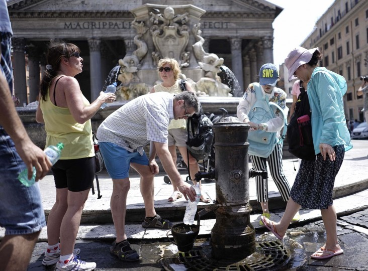 People re-fill bottles of water at a fountain in front of Rome's Pantheon, Wednesday, July 8, 2015. Europe's heat wave has pushed the mercury to levels as high as 40 degrees Celsius (114 Fahrenheit). (AP Photo/Andrew Medichini)