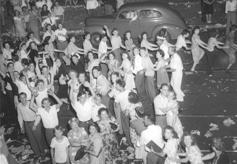The crowd does the Conga on Charles Street. (Baltimore Sun archives)