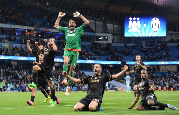 Juventus' goalkeeper from Italy Gianluigi Buffon (C) celebrates with teammates after wining a UEFA Champions League group stage football match between Manchester City and Juventus at the Etihad stadium in Manchester, north-west England on September 15, 2015. (AFP Photo/Oli Scarff)