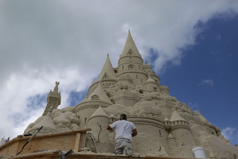 Sand sculptor, Ted Seibert, works on creating what is hoped to be the world's tallest sand castle when it is completed at the Virginia Key Beach on October 20, 2015 in Key Biscayne, Florida. The Turkish Airlines is sponsoring the castle that is being built by the Sand Sculpture co., the sculptors will use about 1,800 tons of sand in their attempt to beat the current world record of 41 feet and 3.67 inches. (Photo by Joe Raedle/Getty Images)