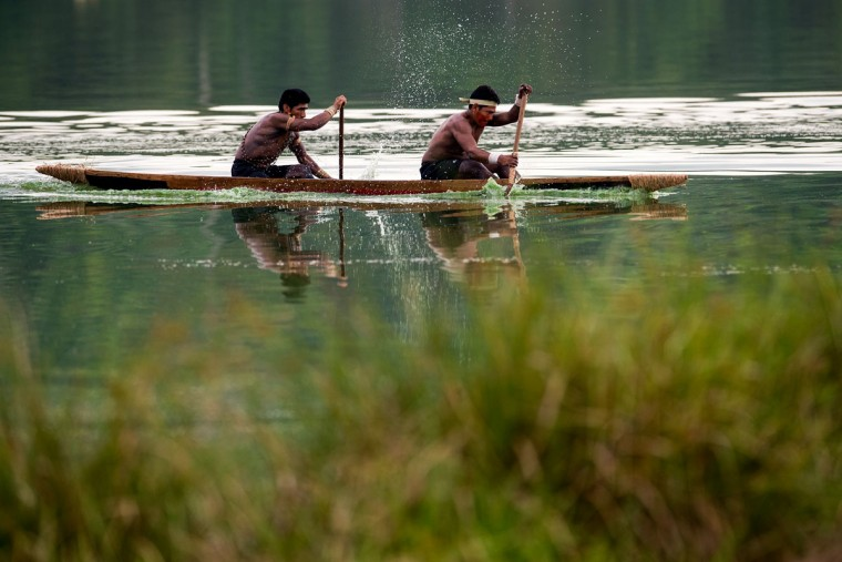 Brazilian Indians native practices canoeing during the first World Indigenous Games on October 25, 2015 in Palmas, Brazil. (Photo by Buda Mendes/Getty Images)