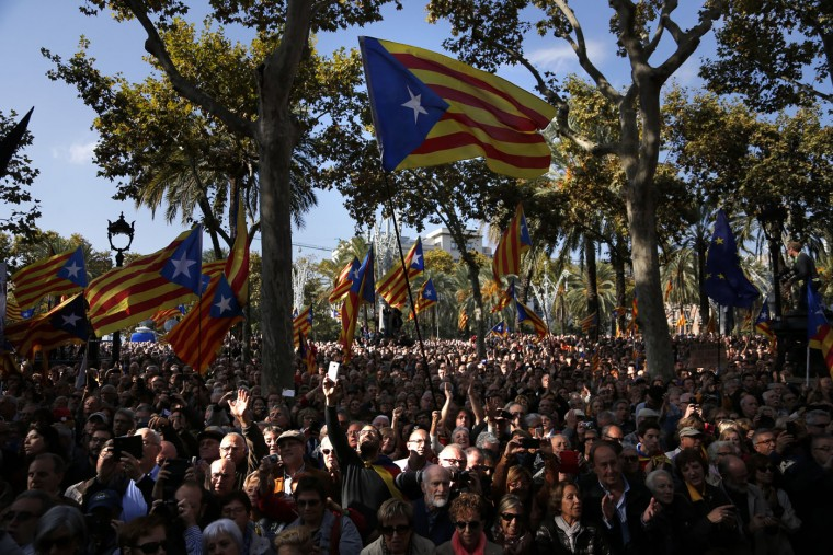 "People wave ""estelada"" or pro-independence flags as regional acting President Artur Mas leaves Catalonia's high court after being questioned over their suspected roll in holding a poll in Barcelona, Spain, Thursday, Oct. 15, 2015. Thousands of people are rallying outside a Barcelona court in support of Catalan regional acting President Artur Mas who has arrived for questioning over the staging of a symbolic referendum on secession from Spain last year. (AP Photo/Emilio Morenatti)"
