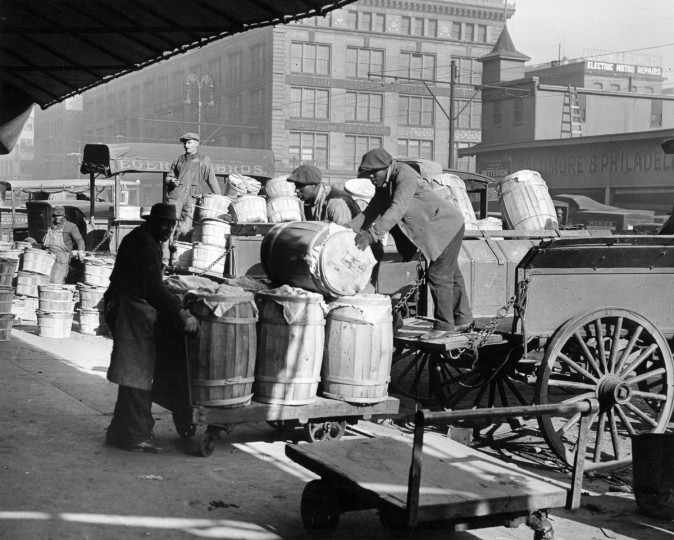 1928 - Handling produce on Light street. (A. Aubrey Bodine/Baltimore Sun)