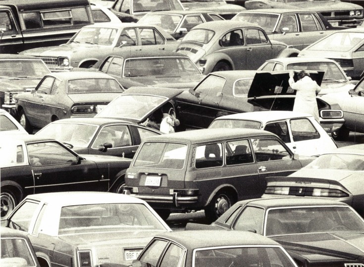 "Sunday shoppers put away their ""buys"" in the parking lot at Golden Ring Mall. (Jed Kirschbaum/Baltimore Sun, December 7, 1980)"