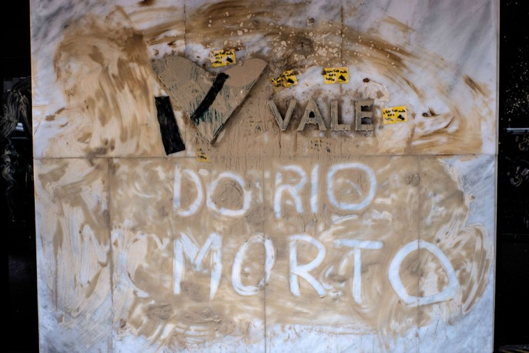 "View of the façade of Brazilian mining company Vale headquarters reading ""Vale of dead Rio"" after protesters threw muddy water on it in Rio de Janeiro, Brazil, on November 16, 2015. The bursting of two dams at a mine operated by Brazilian company Samarco - equally owned by Vale and Australian BHP Billiton- unleashed torrents of waste that flattened a village in Minas Gerais State on November 5 killing ten people. Brazilian mining firm Samarco promised Monday to pay at least $260 million for damage from the bursting, prosecutors said. (YASUYOSHI CHIBA/AFP/Getty Images)"