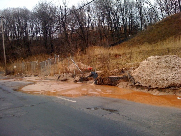 Soil is eroding from an abandoned construction site on Waterview Ave. in Cherry Hill. (Baltimore Sun photo by Liz Kay)